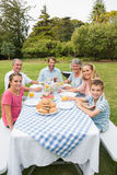Lycklig storfamilj som har matställen utomhus på picknicktabellen Royaltyfria Foton