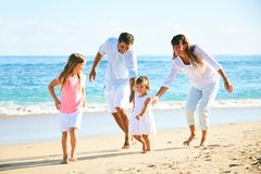 lycklig strandfamilj royaltyfri bild