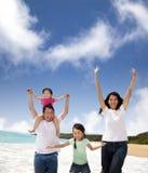 lycklig strandfamilj Royaltyfria Foton