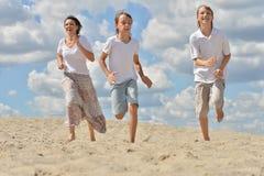 lycklig strandfamilj Arkivbild