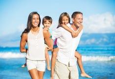lycklig strandfamilj Royaltyfri Fotografi