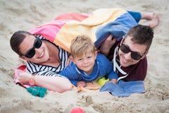 lycklig strandfamilj Royaltyfria Bilder