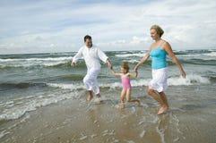 lycklig strandfamilj Fotografering för Bildbyråer