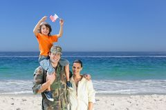lycklig strandfamilj arkivbilder
