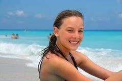 lycklig strandflicka royaltyfria foton