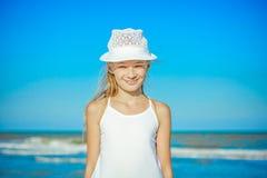 lycklig strandflicka little Arkivbild