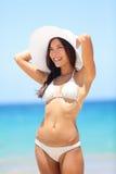 Lycklig strandkvinna som tycker om sommarsolen Fotografering för Bildbyråer