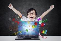 Lycklig student med bärbara datorn och formel Fotografering för Bildbyråer