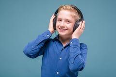 Lycklig student med hörlurar som lyssnar till musik Arkivfoton