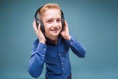 Lycklig student med hörlurar som lyssnar till musik Royaltyfri Foto