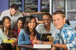 Lycklig student med vänner royaltyfria bilder