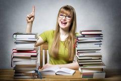 Lycklig studentkvinna med böcker Royaltyfri Bild