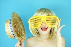 Lycklig stygg kvinna för blont hår med stora roliga exponeringsglas Royaltyfria Foton