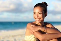 Lycklig sund asiatisk kinesisk kvinna som ler på stranden royaltyfria bilder