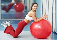Lycklig sund kvinna med konditionbollen Arkivfoton