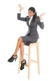 Lycklig svart affärskvinna som placeras på stol arkivbilder