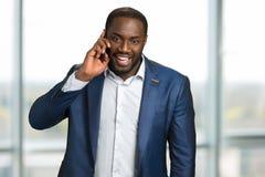 Lycklig svart affärsman som gör en appell Royaltyfri Fotografi