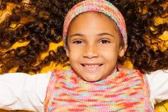Lycklig svart flicka i sidor för lönngulinghöst Arkivfoto