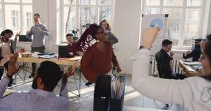 Lycklig svart kvinnlig företags chef som gör rolig galen dans för segerberöm på den moderna moderiktiga kontorsarbetsplatsen stock video