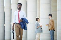 Lycklig svart man som går att arbeta royaltyfri foto