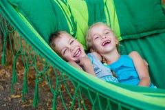 Lycklig syskongrupp för små ungar royaltyfria foton