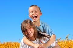 lycklig syster för broder Fotografering för Bildbyråer