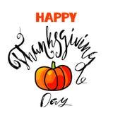 Lycklig tacksägelsedagbokstäver Handskriven vektorkalligrafi på vit bakgrund med orange pumpa EPS10 Arkivfoton