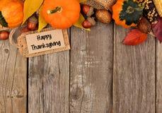 Lycklig tacksägelseetikett med höstöverkantgränsen över trä Royaltyfri Foto