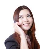 Lycklig talande mobil telefon för ung affärskvinna Arkivbild