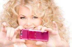lycklig telefon för kamera genom att använda kvinnan Arkivbild