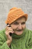 lycklig telefonpensionärkvinna Arkivfoto
