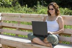 lycklig teleworking för affärskvinna Arkivbilder