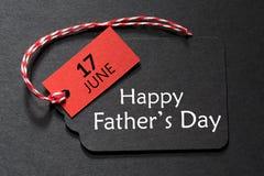 Lycklig text för dag för fader` s på en svart etikett arkivbilder