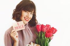 Lycklig text för dag för kvinna` s på hälsningkort 8 mars lyckligt stilfullt Royaltyfri Foto