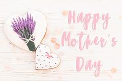 Lycklig text för dag för moder` s på kakahjärtor med lavendel på vit royaltyfri fotografi