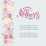 Lycklig text för dag för moder` som s isoleras på bakgrund med rosa blommor Royaltyfri Bild