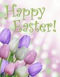 Lycklig text för påskkort med rosa purpurfärgade och vita tulpan och abstrakt bokehbakgrund Royaltyfri Foto