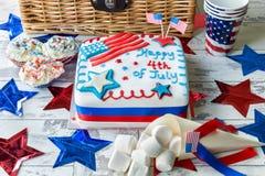 Lycklig 4th av den Juli kakan med korgen Arkivbild