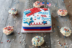 Lycklig 4th av den Juli kakan som omges av muffin Arkivfoto
