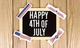 Lycklig 4th av Juli typografi över Wood bakgrund Fotobild Royaltyfri Fotografi