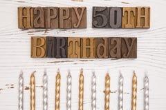 Lycklig 50th födelsedag som stavas i typuppsättning Arkivbild