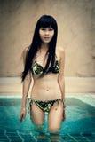 Lycklig thai kvinnlig som tycker om i simbassäng Royaltyfri Fotografi