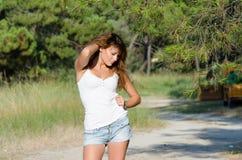 Lycklig tid av en dam utanför Royaltyfria Bilder