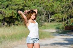 Lycklig tid av en dam utanför Arkivbild