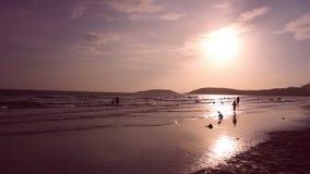 Lycklig tid för afton på stranden i Thailand stock video