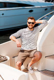 Lycklig tid på hans yacht Arkivbild