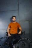 Lycklig tillfällig man med cykeln royaltyfria foton
