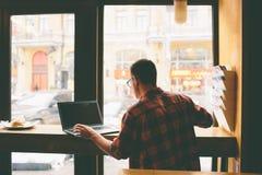 Lycklig tillfällig man som använder bärbar datordatoren Royaltyfria Foton