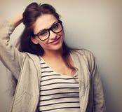 Lycklig tillfällig ung kvinna, i att se för ögonexponeringsglas Tappningportrai Fotografering för Bildbyråer