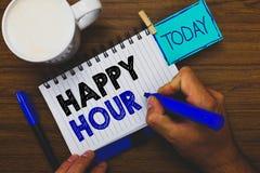 Lycklig timme för ordhandstiltext Affärsidé för att spendera tid för aktiviteter som gör dig att koppla av för ett tag hållande m arkivfoto